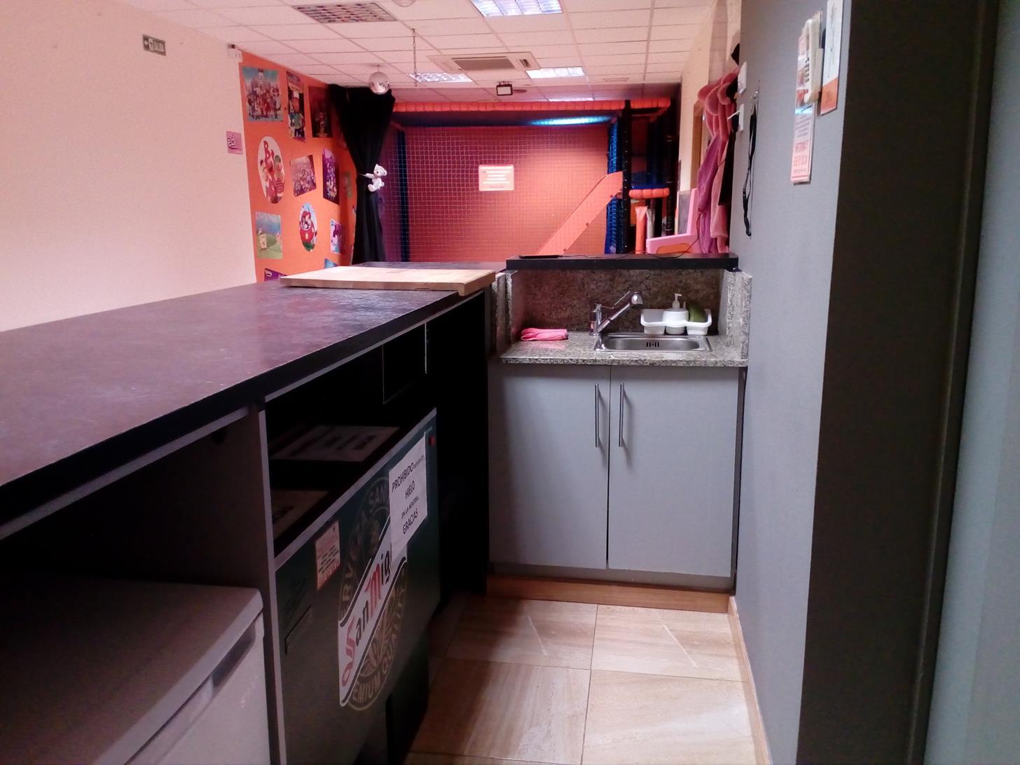 zona office con neveras y congelador sala joan de malta